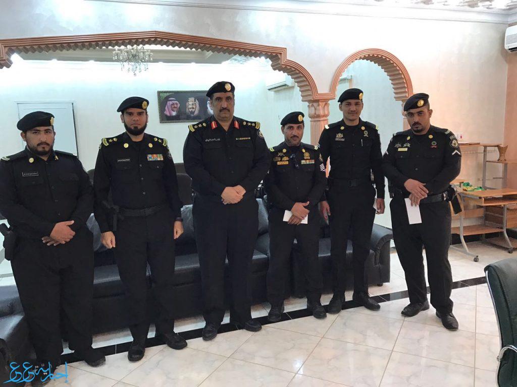 مدير الأمن العام يكرم عدد من أفراد الدوريات الامنية بعرعر بعد قبضهم على مطلوب من الفئة الضالة إخبارية عرعر